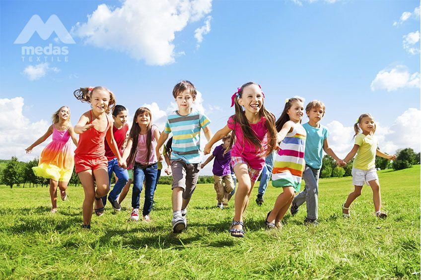 Grupa dzieci, które się ścigają.