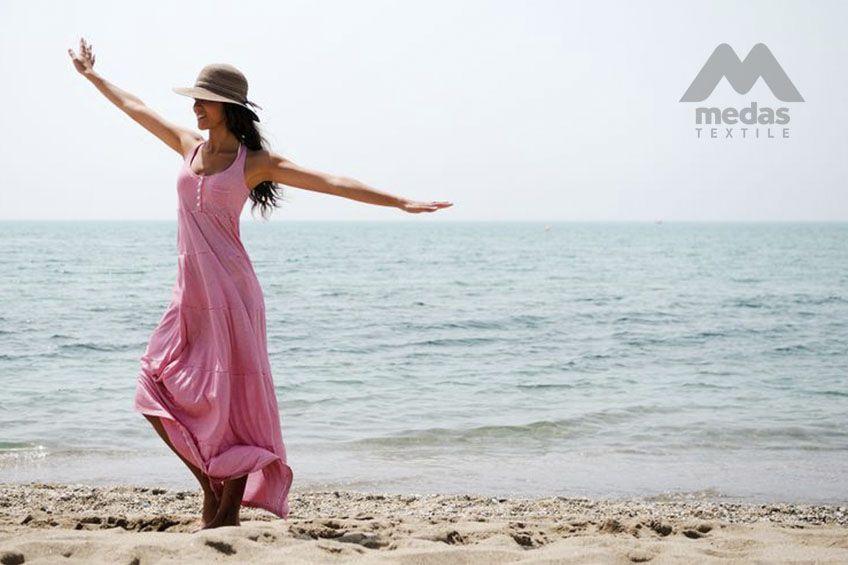 Dziewczyna w sukience na plaży